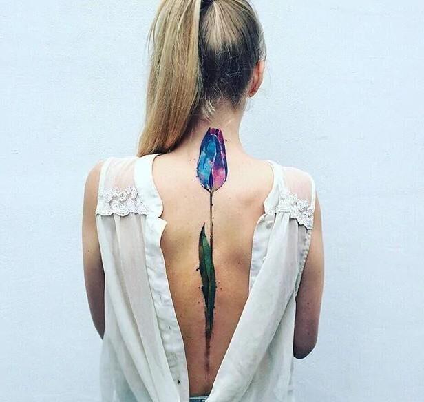 Тюльпан вдоль позвоночника в стиле акварель - тату для девушки