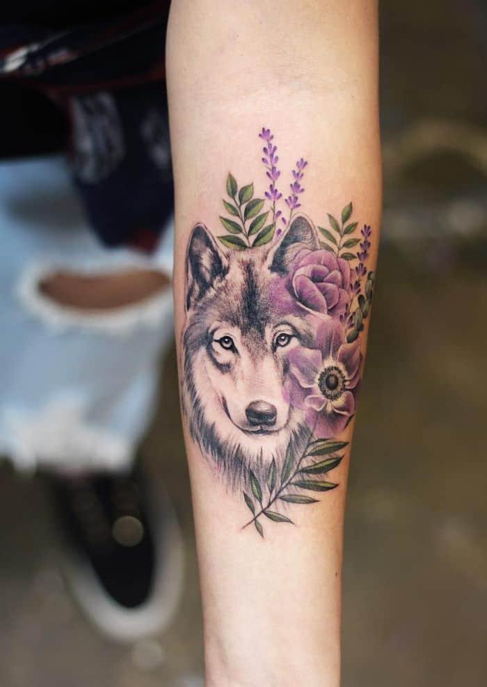 Волк и фиолетовые цветы - нежная тату на предплечье женщины