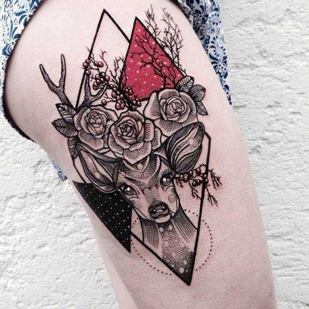 Большая черно-красная татуировка на бедре женщины олень цветы и треугольники