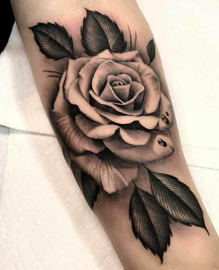Монохромное реалистичное тату роза на руке для женщины