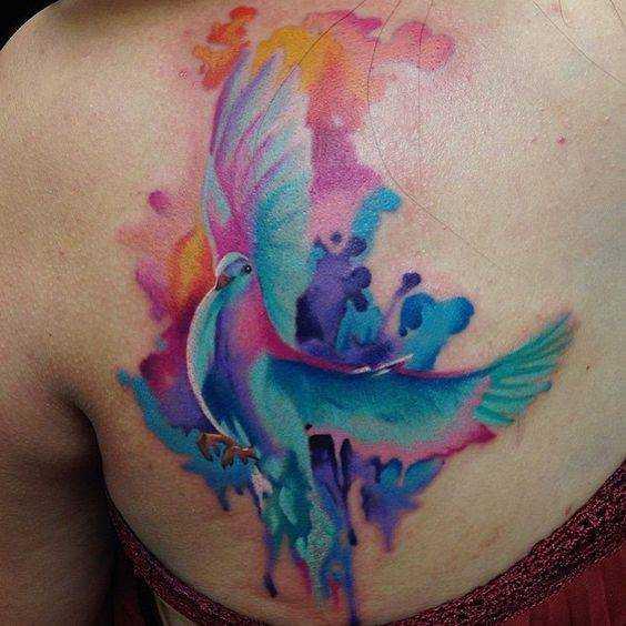 Цветная женская тату голубь на плече в стиле акварель