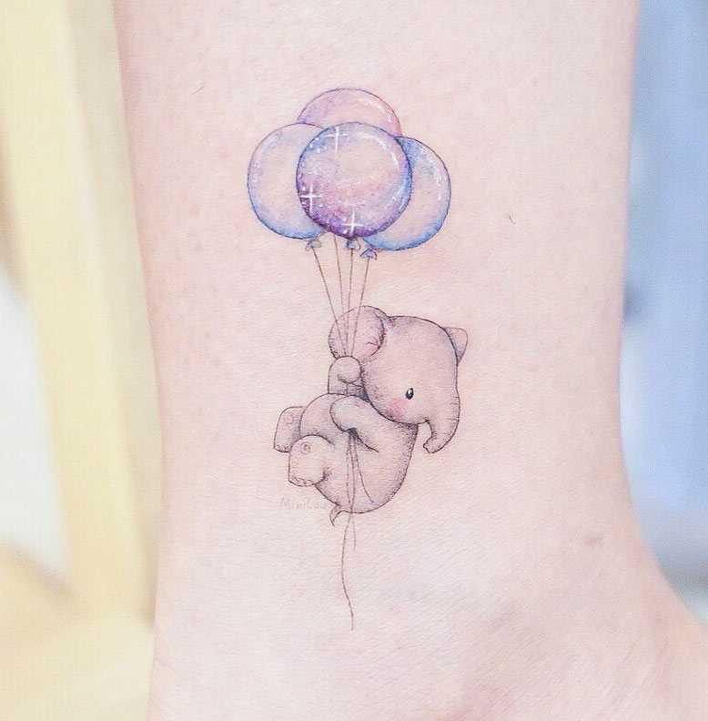 Нежное тату для девушки на запястье слоненок с воздушными слонами