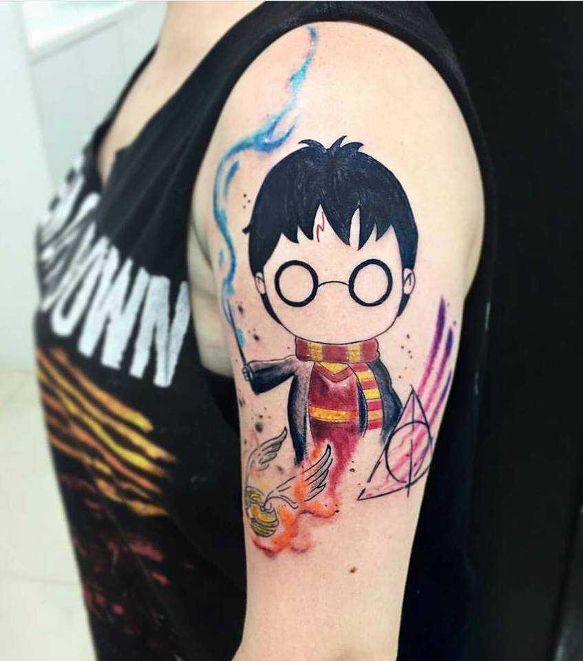 Тату Гарри Поттер в стиле ньюскул на плече женщины