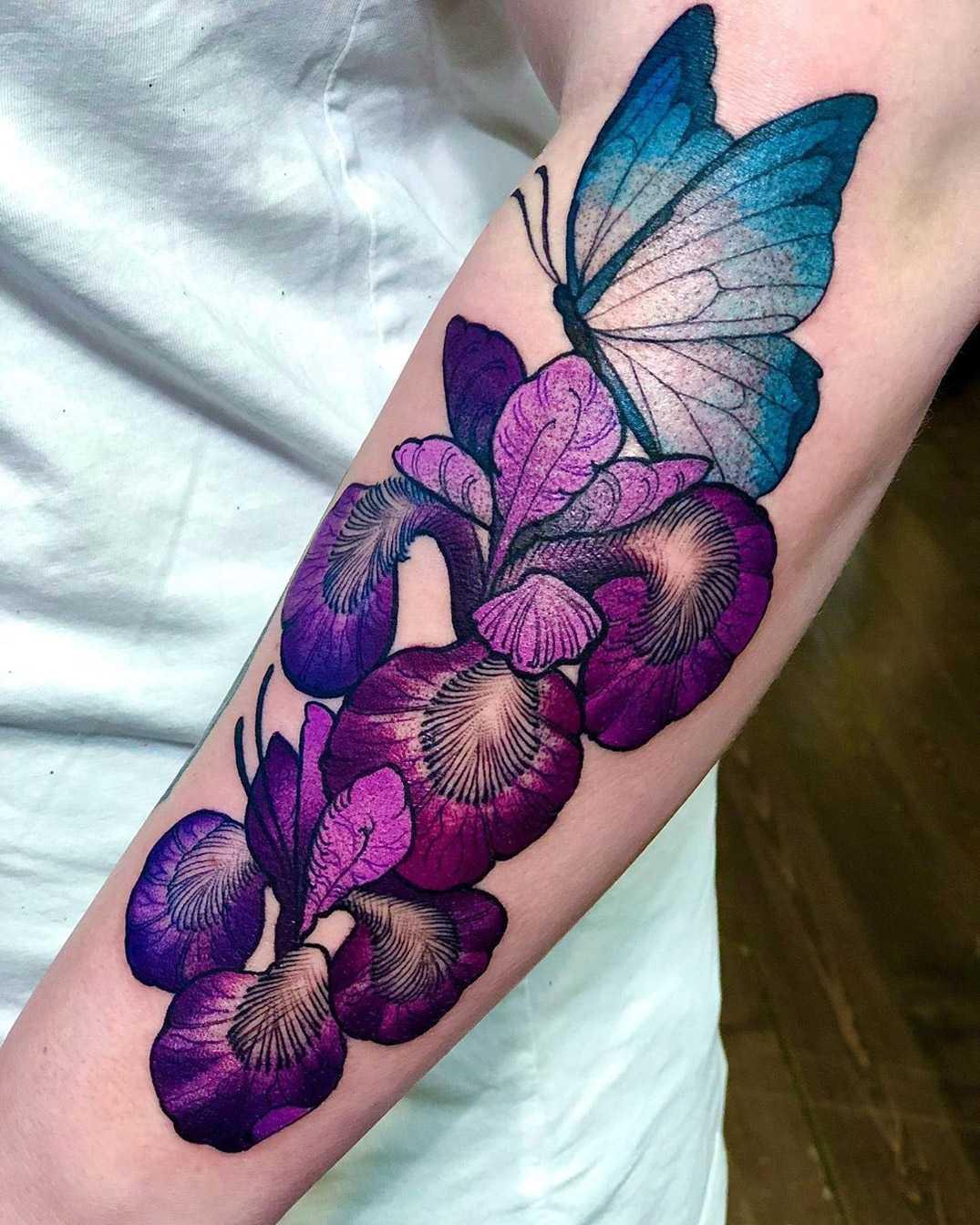 Флористическая женская тату на руке ирисы и бабочка