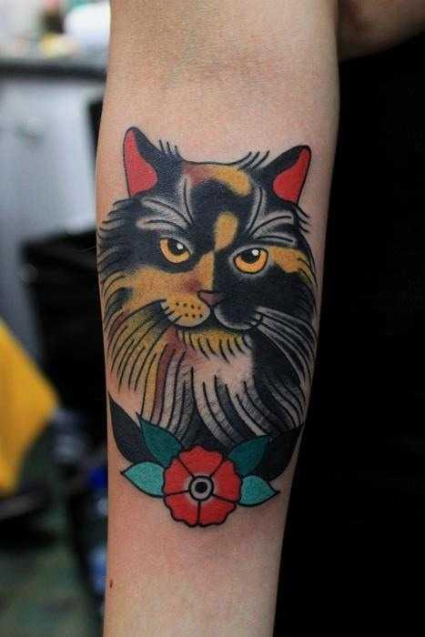 Тату на предплечье для девушки кот в стиле олдскул