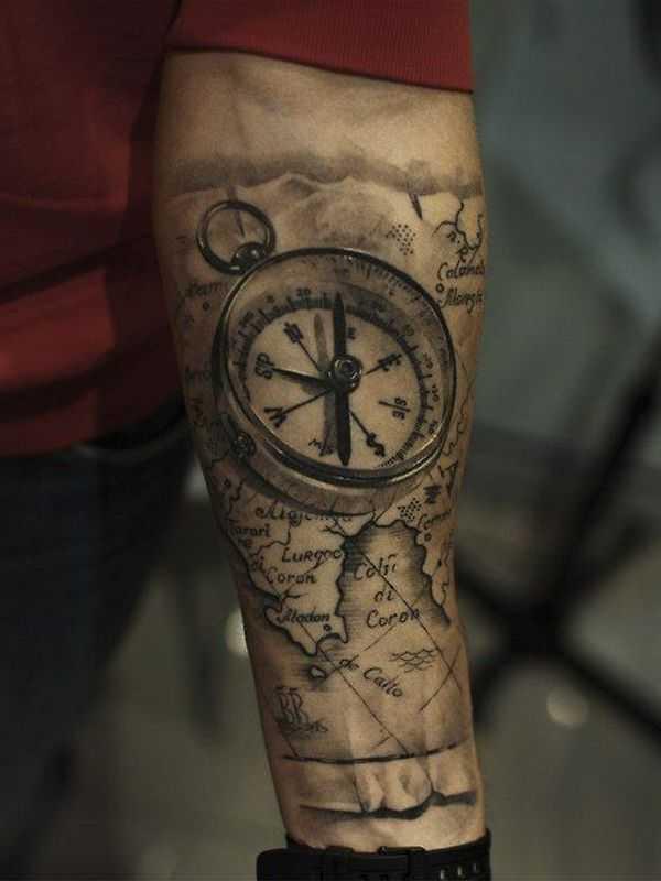 Монохромное тату 3d на предплечье компас и старинная карта