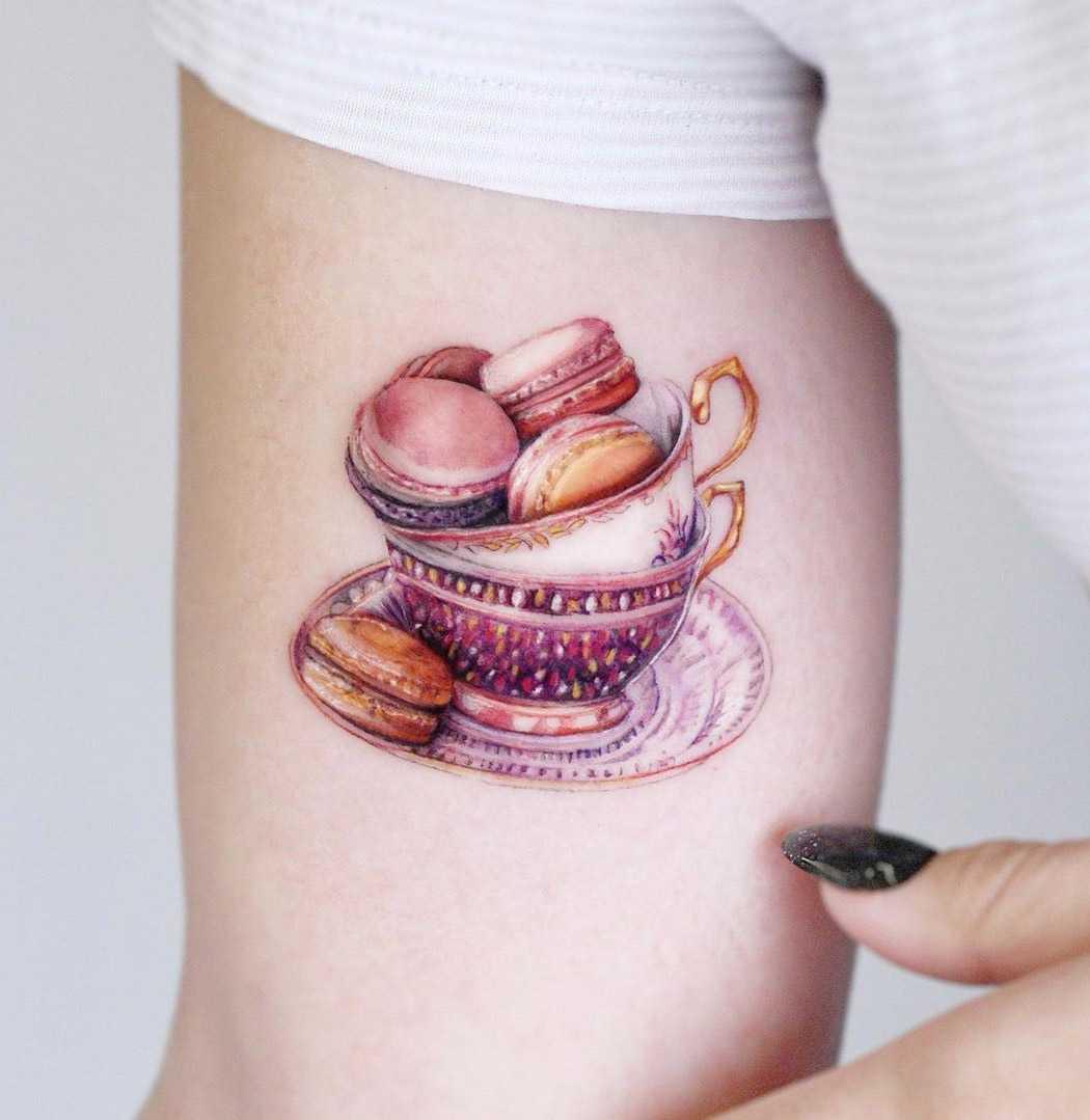 Нежное тату для девушки на руке фарфоровая пара и печенье