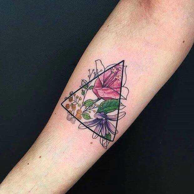 Акварельные цветы в треугольнике - небольшое женское тату