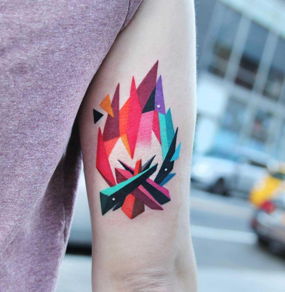 Геометрическое тату на плече костер в цвете для мужчины