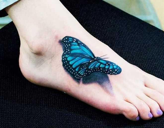 Маленькая тату на ступне девушки бабочка в стиле 3д