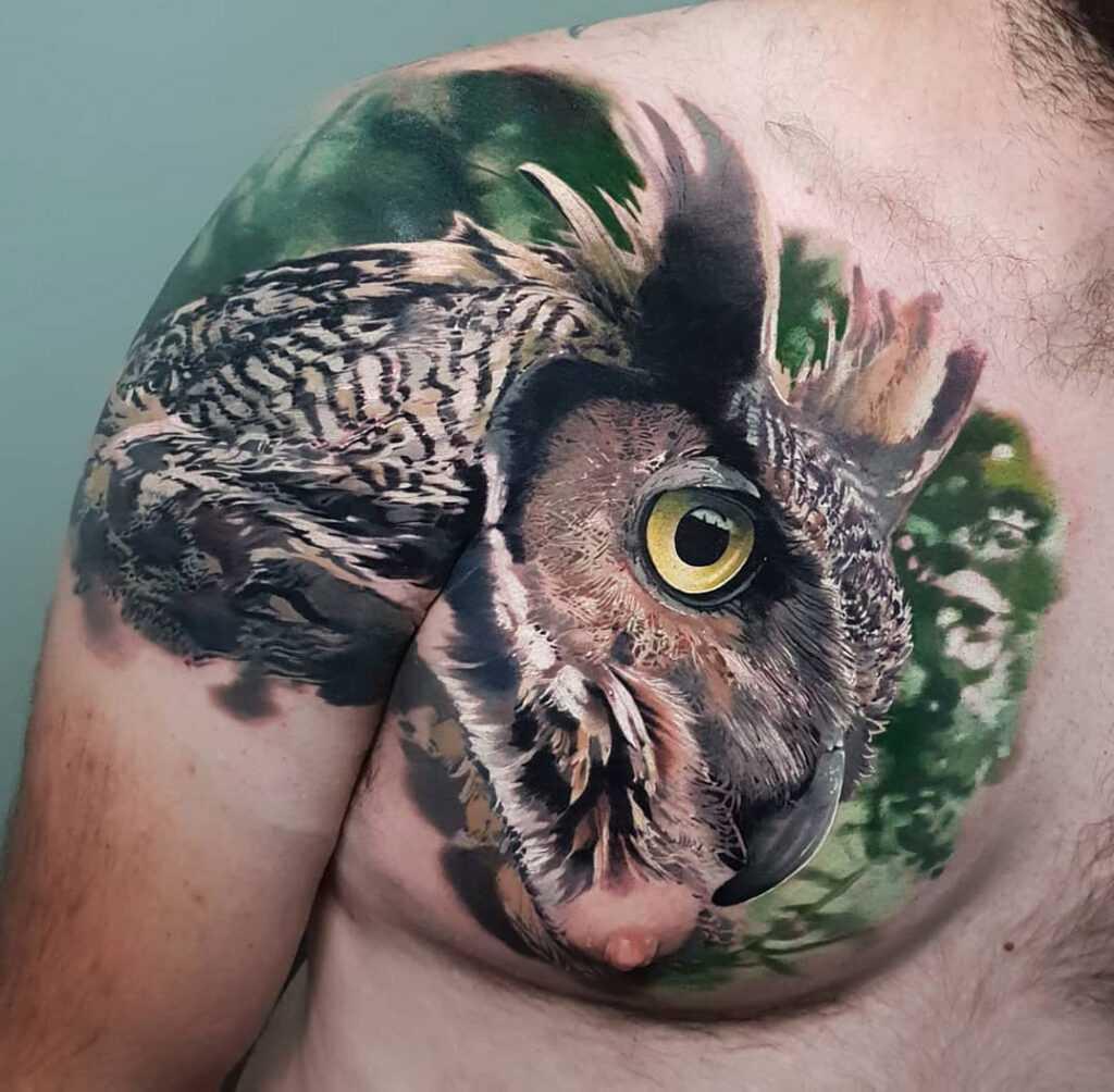 Тату сова в стиле реализм для мужчины на руке и груди
