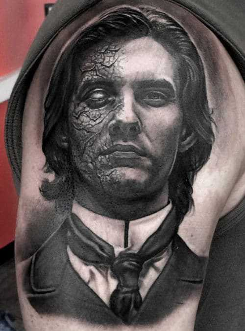 Монохромное тату портрет Дориана Грея в стиле реализм на плече у мужчины