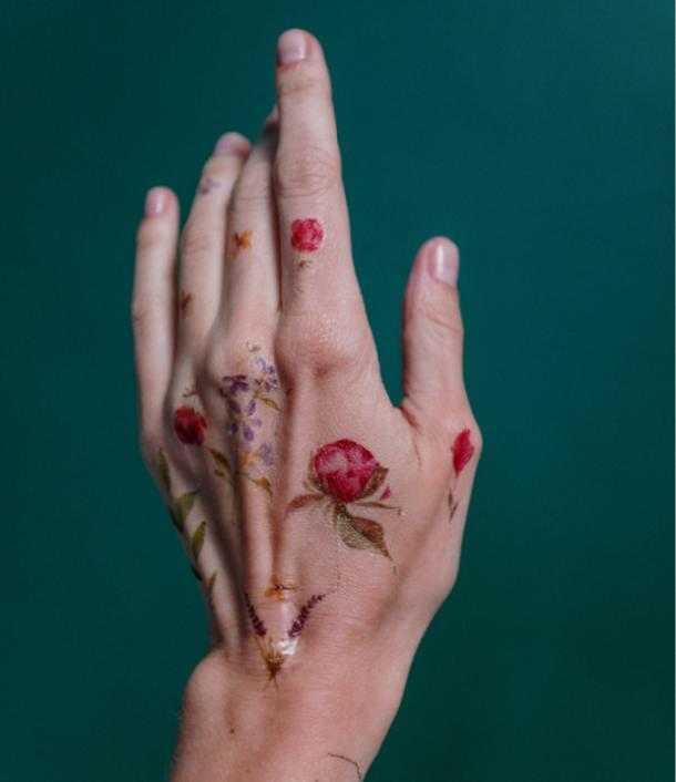 Флористическое тату на кисти руки девушки розы в цвете