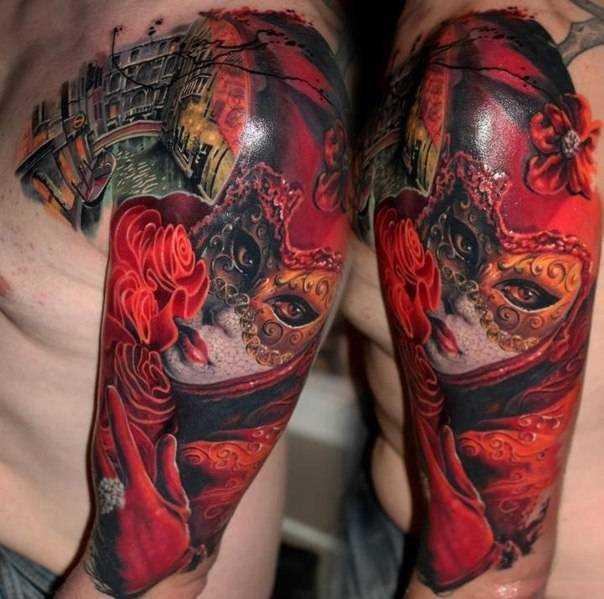 Красочный тату портрет женщина в маске на плече у мужчины